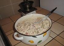 Kuřecí těstovinový salát s broskvemi