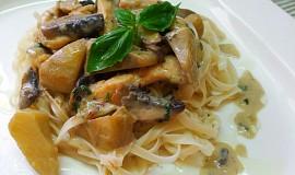 Nudle s kuřecím masem, houbami a artyčoky