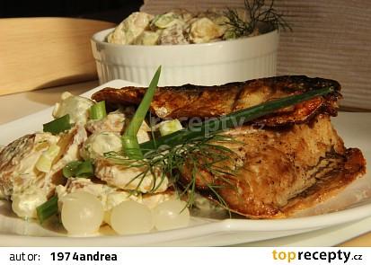 Bramborový salát s cibulkami a pečenou makrelou