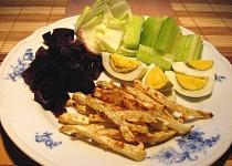 Česnekové celerové hranolky s červenou řepou a vejcem