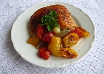 Pečené kuřecí díly s rajčaty a cibulkou