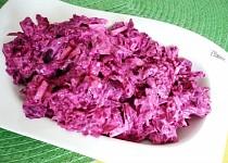Salát z červené řepy, cibule a jogurtu