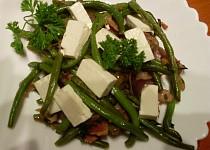 Teplý fazolkový salát s balkánským sýrem