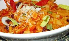 Těstovinový hrnec s fazolemi, pórkem a rajčaty