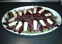 Carpaccio z červené řepy se sýrem a rukolou