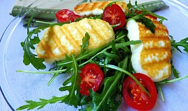 Grilovaný sýr Halloumi s rukolou a rajčaty