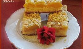 Jednoduchý kynutý koláč na plechu s ovocem a povidly
