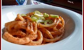 Makaróny s omáčkou ze syrových rajčat