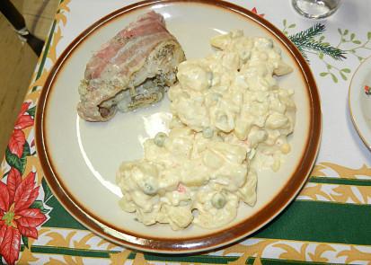 na talíři s bramborovým salátem