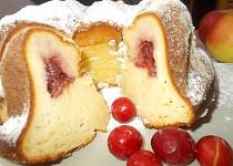 Bábovka s jablky, tvarohem s brusinkovým středem