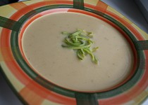 Česnekovo-celerový krém se zakysanou smetanou