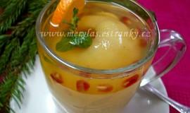 Horký citronový čaj s celým jablkem