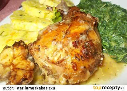 Králík na uzeném česneku, čerstvé majoránce a slanině s domácím knedlíkem