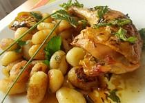 Pečená kuřecí stehna s rukolovým olejem, uzeným česnekem a restovaným gnocchi