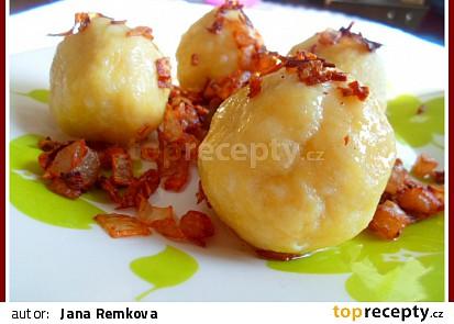 Plněné bramborové knedlíky uzeným masem, zelí