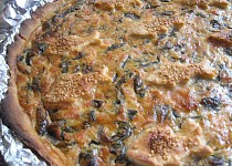 Slaný koláč s uzeným lososem a medvědím česnekem