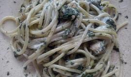 Špagety se špenátem a zakysanou smetanou