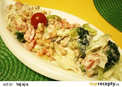 Zeleninový salát se sójou a arašidovým dressingem