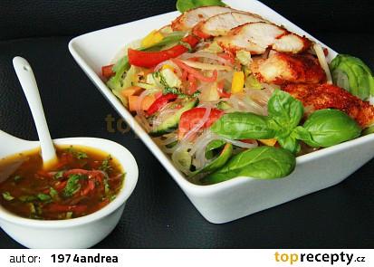 Asijský salát se skleněnými nudlemi