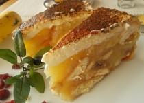 Jablečný  lahodný moučník s banány a brusinkami, zdobený  zakysanou smetanou