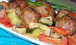 Kuličky z mletého masa pečené se zeleninou
