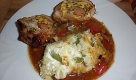 Kuřecí rolka na zeleninovém lůžku a šťouchané brambory se smetanou a fazolovými lusky
