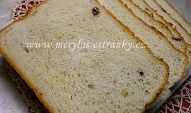 Kynutý sladký bochánek s rozinkami z domácí pekárny