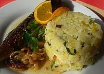 Makrela na cibuli a bílém víně