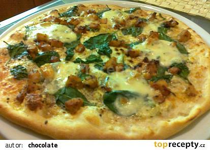 Pizza se smetanou, špenátem a kuřecím masem