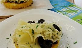 Polentové koláčky se sýrem, sušenými rajčaty a olivami