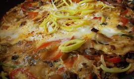 Rychlá omeletka z hlívy, pórku,  červené   papriky  a kuřecího masa