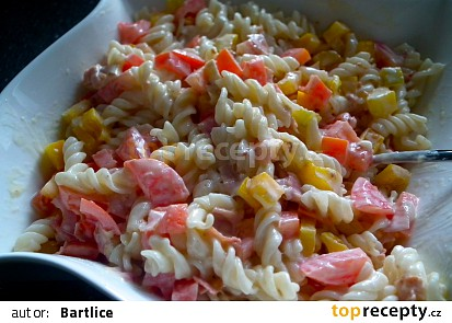Těstovinový salát se sýrovou omáčkou, zeleninou a šunkou