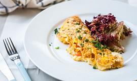 Venkovská omeleta se sýrem Brie a bramborami