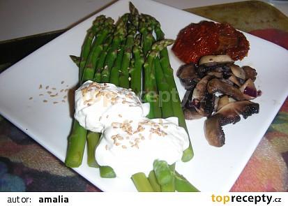 Zelený chřest na slaném másle, červené cibuli a žampionech