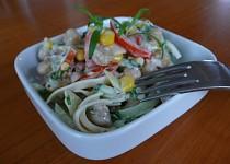 Zeleninový salát s cizrnou a kukuřicí