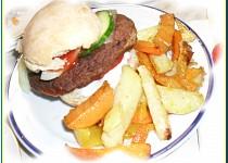 Domácí burgery s barevnými hranolkami