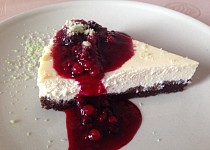 Limetkový cheesecake s přelivem z lesního ovoce a bazalkovým cukrem
