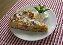 Meruňkový koláč s tvarohem a drobenkou