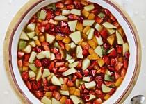 Ovocný salát s bazalkovou zálivkou a jogurtovou zmrzlinou
