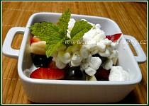Ovocný salát s cottagem v light verzi