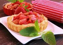 Rebarborové koláčky s jahodami a jogurtem