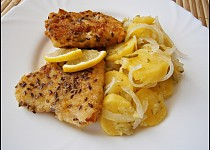 Ryby v semínkovém trojobalu s cibulovo bramborovým salátem