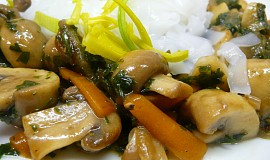 Žampiony s ústřičnou omáčkou a rýžovými nudlemi