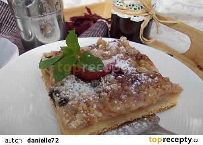 Bohatý koláč s ovocem, mákem a drobenkou