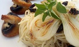 Česnekové špagety s karamelizovanou cibulkou, žampiony a sušenými rajčaty