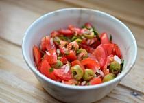 Rajčatový salát s olivami