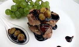 Vepřové medailonky s pikantní omáčkou a hroznovým vínem