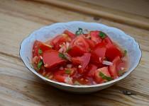 Základní sladkokyselá zálivka na rajčatový salát s cibulí