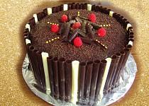 Čokoládový dort s čokoládou a čokoládovými ručně dělanými čoko trubičkami okolo