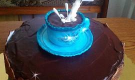 Čokoládový dort s šálkem kávy a levitující smetanou  :-)